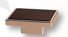 Uchwyt z kolekcji Leather renomowanej firmy Siro. Wykonany z tworzywa sztucznego. Kolor pokrycia - złoty połysk. Brązowa eko skóra. Rozstaw - 16mm.