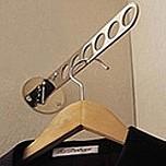 Uchwyt na wieszaki SE0102 firmy Valcomp idealnie nadający się do szaf w celu zlokalizowania wieszaków z ubraniami w jednym miejscu. Pokrycie - chrom....