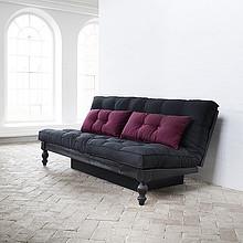 Klasyczna sofa drewniana. Wygodne dwuosobowe spanie o rozmiarze 130x200 cm. <br />Mebel do sypialni lub pokoju dziennego.<br />Ciekawy kształt...