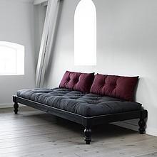 Niecodzienne łóżko do wnętrza młodego duchem! Sosnowa czarna rama na toczonych nóżkach stanowić będzie niebanalny akcent w Państwa sypialni....